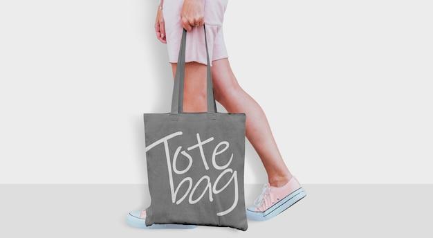 Tote bag mockup con ragazza Psd Premium