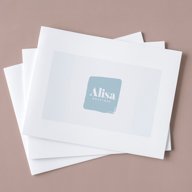 Tres maquetas blancas apiladas de folletos. PSD gratuito