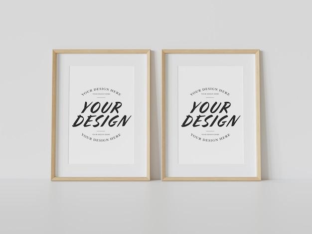 Twee houten frames die op vloermodel leunen Premium Psd