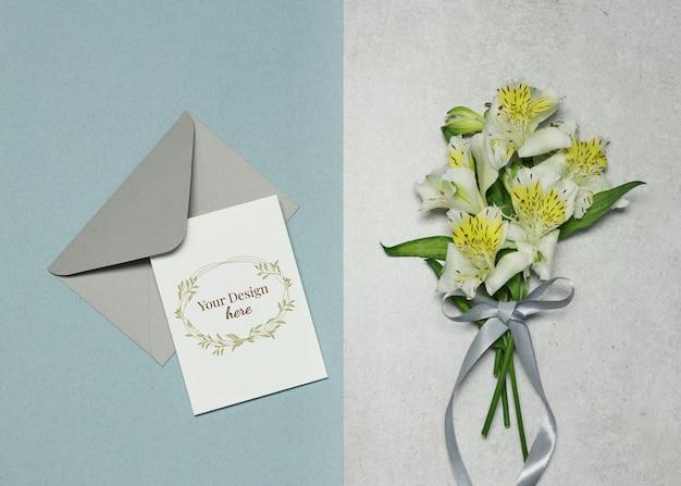 Uitnodigingskaart met bloemen op grijze blauwe achtergrond Premium Psd