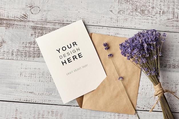 Uitnodigingskaartmodel met envelop en lavendelbloemenboeket Premium Psd