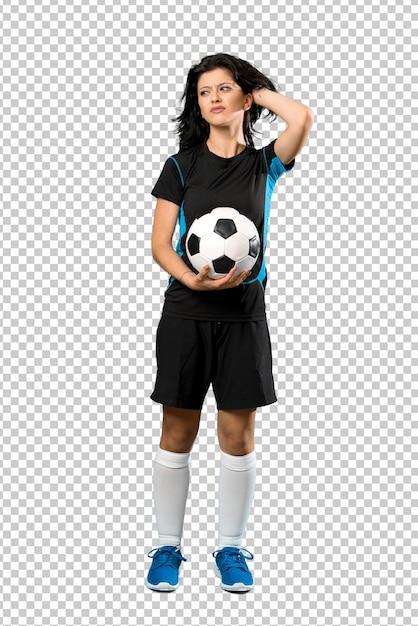 Un colpo a figura intera di una donna giovane calciatore che ha dubbi e con espressione faccia confusa Psd Premium