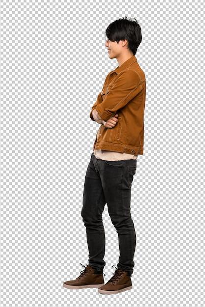 Un colpo integrale di un uomo asiatico con giacca marrone in posizione laterale Psd Premium