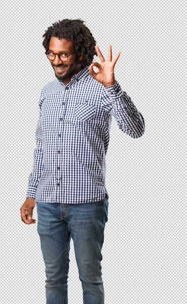 Uomo afroamericano bello di affari allegro e sicuro che fa gesto giusto, eccitato e che grida, concetto di approvazione e successo Psd Premium