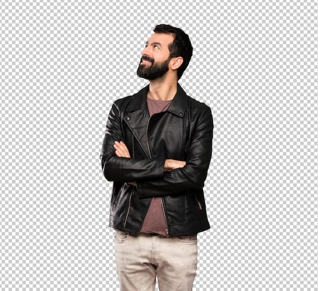 Uomo bello con la barba che osserva in su mentre sorridendo Psd Premium
