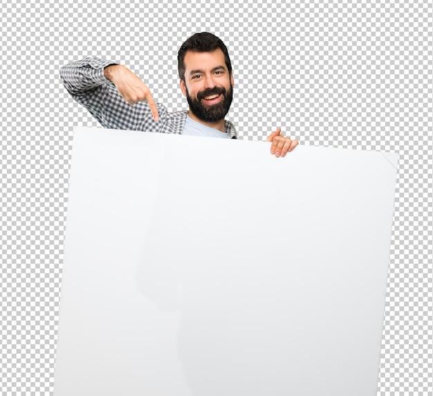 Uomo bello felice con la barba che tiene un cartello vuoto Psd Premium