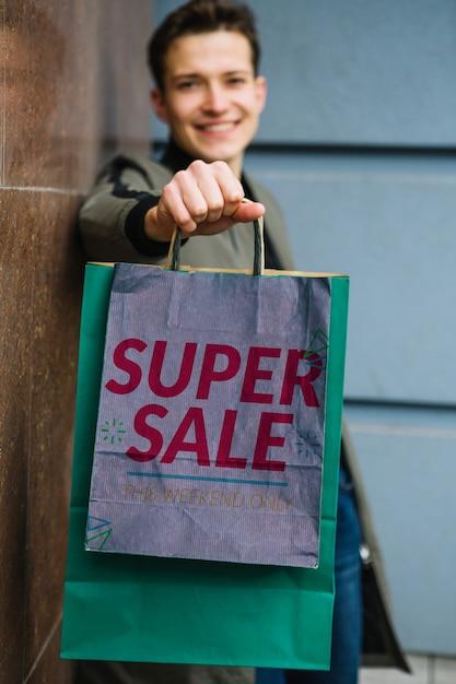 Uomo con borse della spesa in città Psd Gratuite