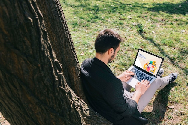 Uomo della foto a figura intera che lavora al computer portatile Psd Gratuite