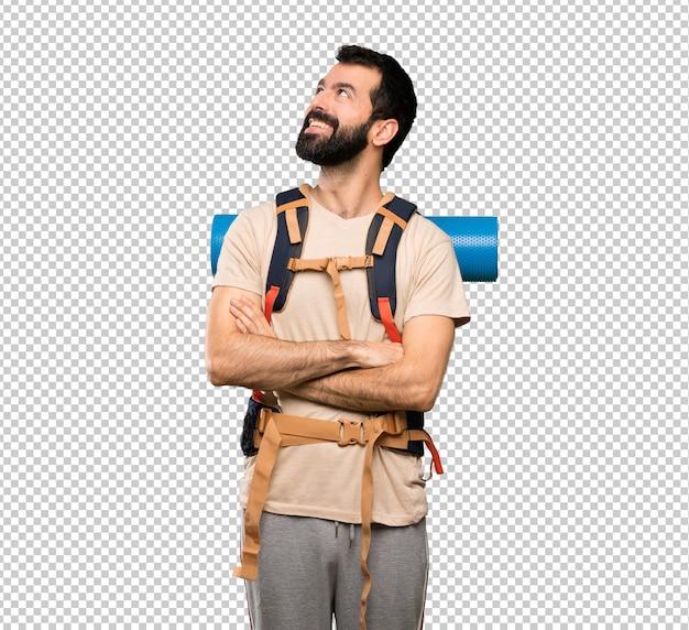 Uomo della viandante che osserva in su mentre sorridendo Psd Premium