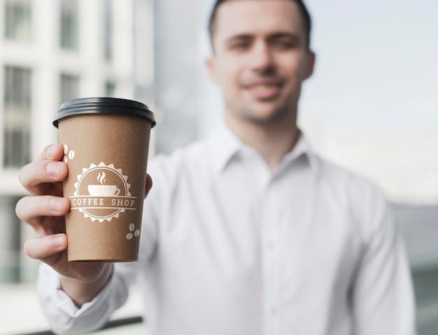 Uomo di affari che ostacola un modello della tazza di caffè Psd Gratuite