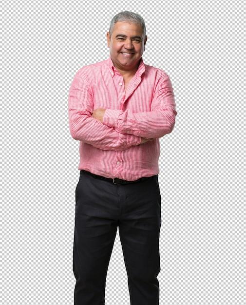 Uomo di mezza età che incrocia le braccia, sorridente e felice, fiducioso e amichevole Psd Premium