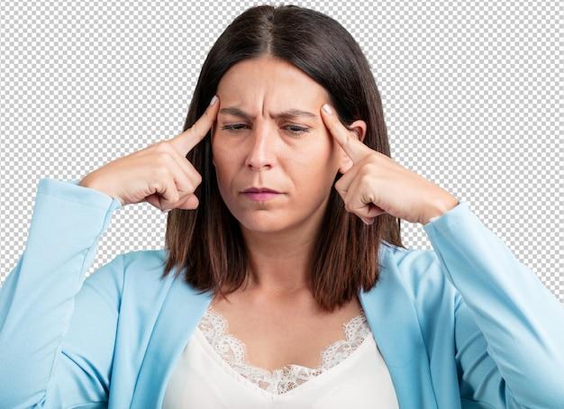 Uomo di mezza età donna facendo un gesto di concentrazione, guardando dritto concentrati su un obiettivo Psd Premium