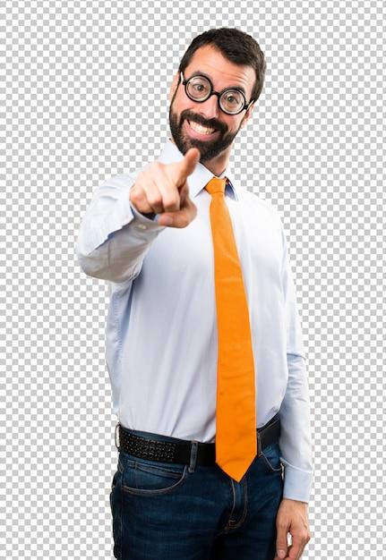 Uomo divertente con gli occhiali che punta verso la parte anteriore Psd Premium