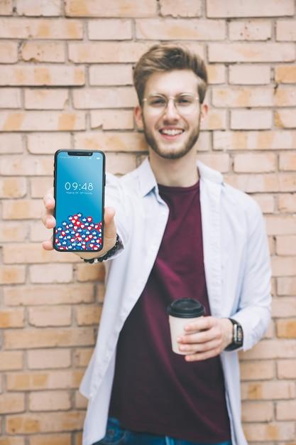 Uomo felice che mostra smartphone Psd Gratuite
