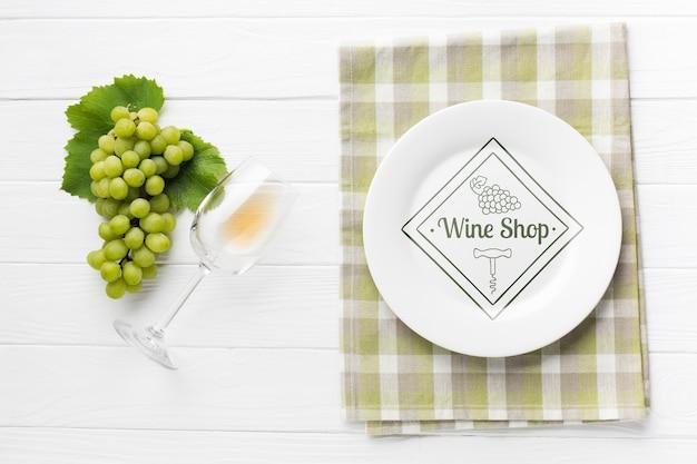 Uva accanto a bicchiere di vino Psd Gratuite