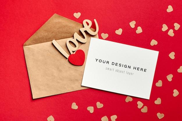 Valentijnsdag kaart mockup met envelop en houten decoraties liefde en hart Premium Psd