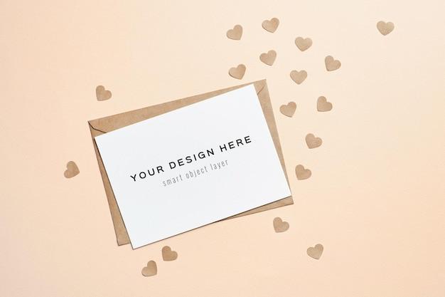 Valentijnsdag kaart mockup met envelop en papieren harten Premium Psd