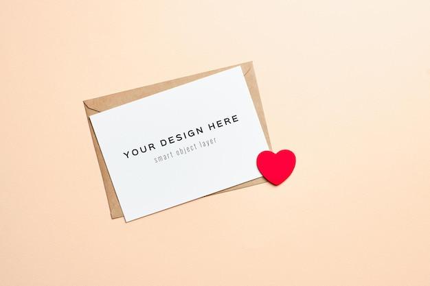 Valentijnsdag kaart mockup met envelop en rood hart Premium Psd