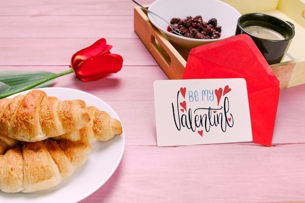 Valentijnsdag kaart mockup met ontbijt Gratis Psd