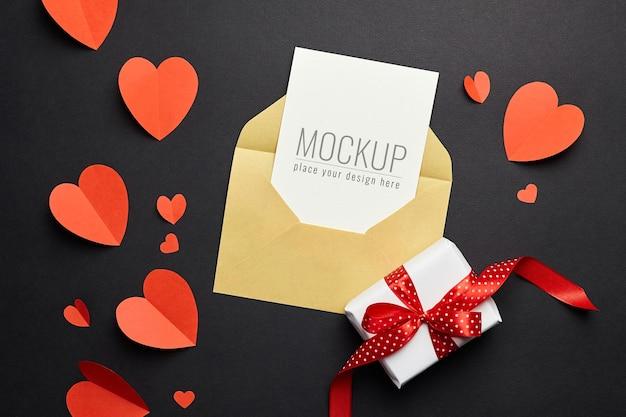 Valentijnsdag kaartmodel met envelop, rode harten en geschenkdoospapier Premium Psd