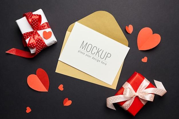 Valentijnsdag kaartmodel met envelop, rode harten en geschenkdozen papier Premium Psd
