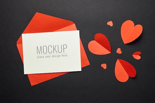 Valentijnsdag kaartmodel met rode envelop en hartenpapier Premium Psd