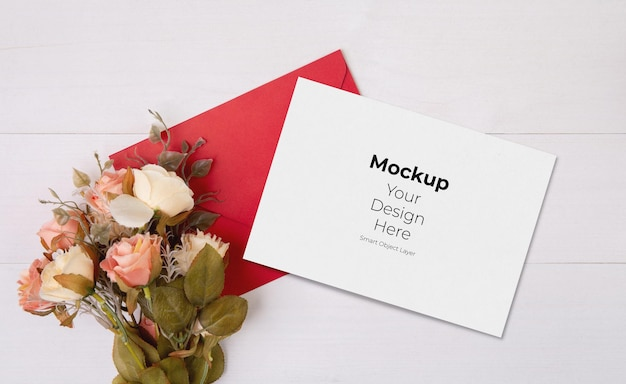 Valentijnsdag wenskaart mockup en brief en bloem op houten tafel Premium Psd