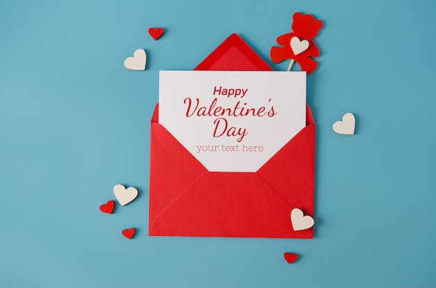 Valentijnsdag wenskaart. rode envelop met lege kaart. bovenaanzicht met ruimte voor uw groeten. Premium Psd