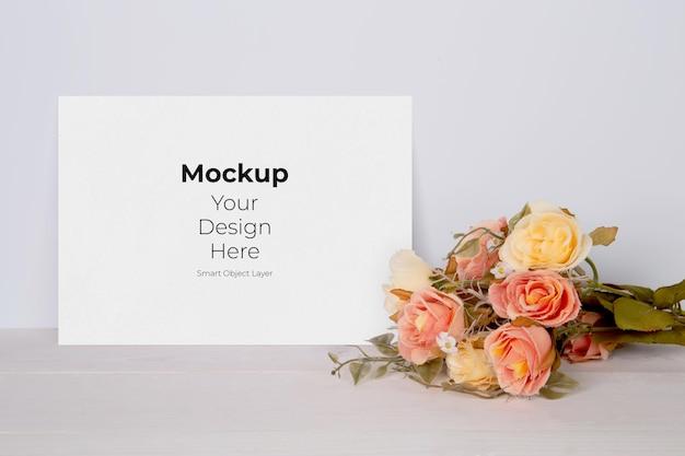 Valentine dag wenskaart mockup leeg en bloem op houten tafel Premium Psd
