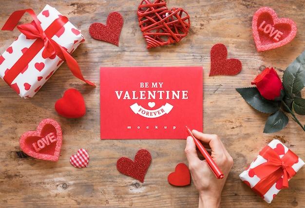 Valentine-kaartmodel met samenstelling van voorwerpen Gratis Psd