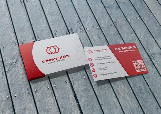 Van het bedrijfs kaartmerk bedrijf modeldocument op houten achtergrond Premium Psd