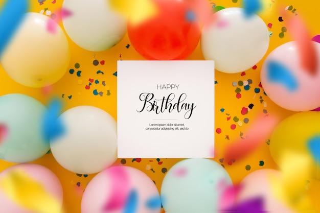 Verjaardag achtergrond met een ongericht confetti en ballonnen op geel Gratis Psd