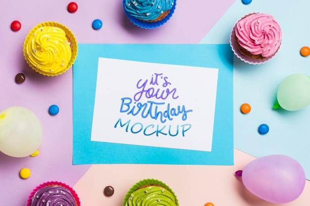 Verjaardag concept met kleurrijke cupcakes Gratis Psd
