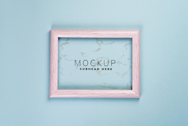 Verontruste wit geschilderde fotolijst, geïsoleerd op blauw, mock-up psd Premium Psd