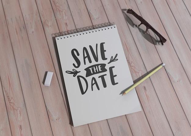 Verschillende ontwerpen voor sparen de datum bruiloft uitnodiging op houten achtergrond Gratis Psd