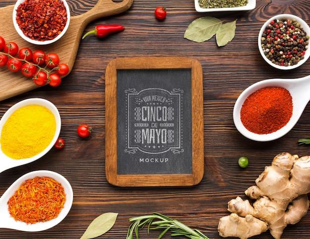 Verticaal bord met frame omringd door specerijen en kruiden Gratis Psd