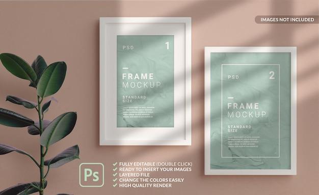 Verticale fotolijsten mockup in wit hangend aan de muur. 3d-weergave Premium Psd