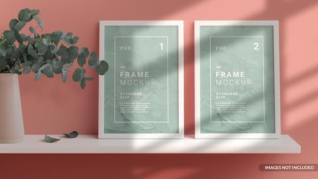 Verticale frames mockup op de plank tegen de muur leunend, scandinavische stijl in 3d-rendering Premium Psd