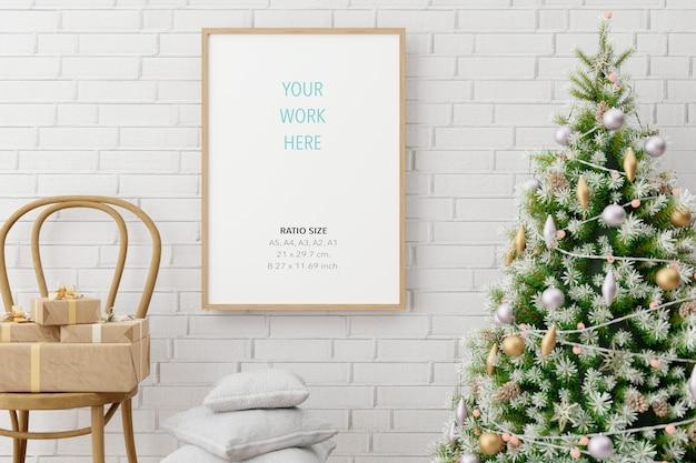 Verticale houten poster fotolijst mockup en kerstversiering Premium Psd