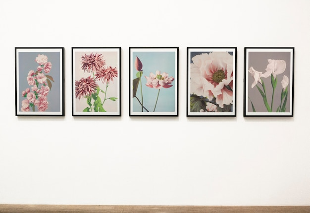 Verzameling van bloemen kunstwerken op een muur Gratis Psd