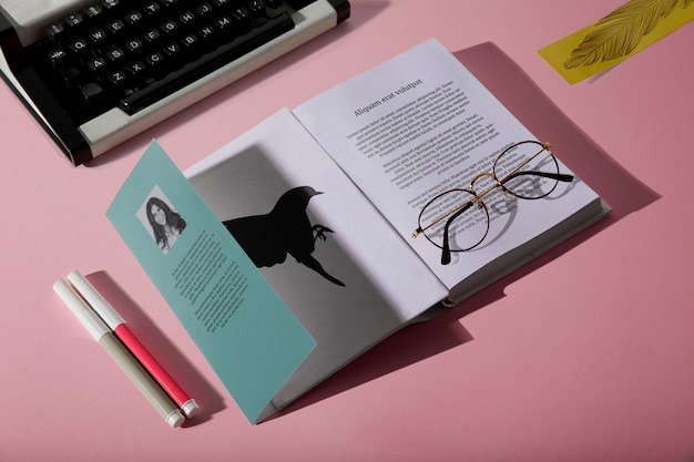 Vetri di lettura di alta vista sul libro e sulla macchina da scrivere Psd Gratuite