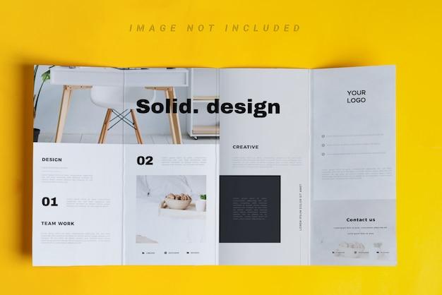 Viervoudig brochuremodel over gele lijst Premium Psd