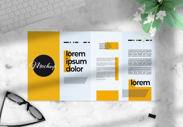 Viervoudige brochure over een desktopmodel met deco-elementen Premium Psd