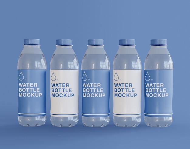 Vijf plastic waterflessen mockup Premium Psd