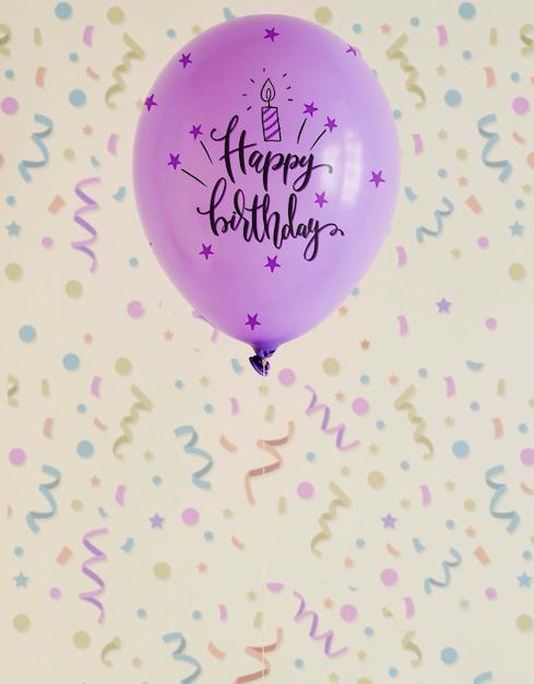 Violette gelukkige verjaardag doodle ballonnen met wazig confetti Gratis Psd