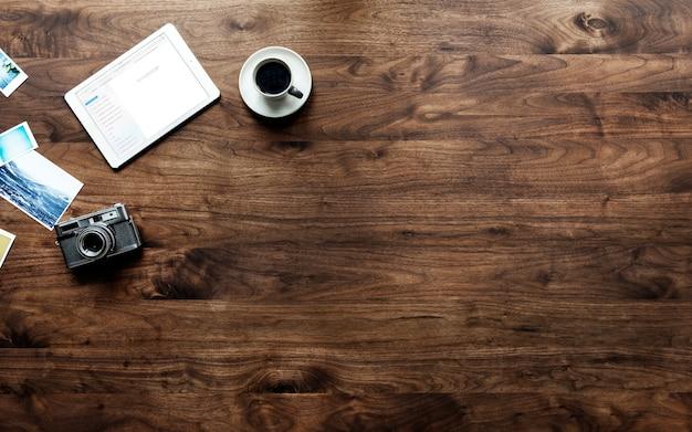 Vista aérea de la mesa de madera y el concepto de hobby de fotografía PSD gratuito