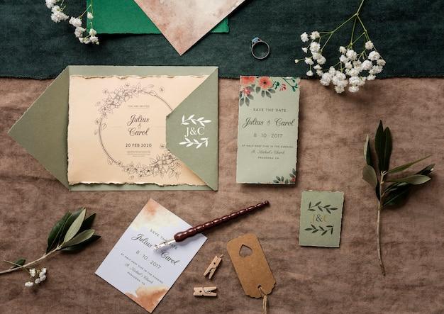 Vista dall'alto bellissimo assortimento di elementi di nozze con invito mock-up Psd Gratuite
