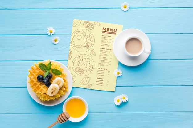 Vista dall'alto del cibo per la colazione con cialde e miele Psd Gratuite