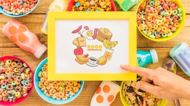 Vista dall'alto di cereali colorati e telaio sul tavolo di legno Psd Gratuite