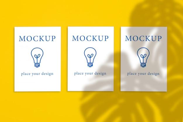 Vista dall'alto di tre cartoline verticali su uno sfondo giallo, modello Psd Premium